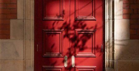 Червена дървена врата
